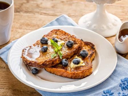 Пържени филийки (френски тост) от пълнозърнест хляб с масло и мед за закуска - снимка на рецептата